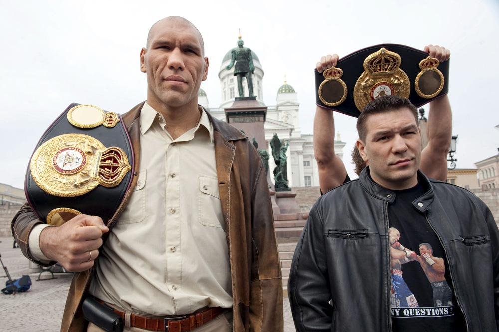 الملاكم الروسي بطل الوزن الثقيل نيكولاي فالويف و على يساره الملاكم الأوزبكي  رسلان شقايف في لقطة جماعية في العاصمة الفنلندية هلسن | صحيفة الاقتصادية