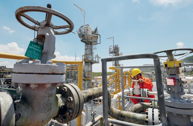 العقوبات ضد ايران وفنزويلا تعمق المخاوف الجيوسياسية في أسواق النفط وتشعل الأسعار   صحيفة الاقتصادية