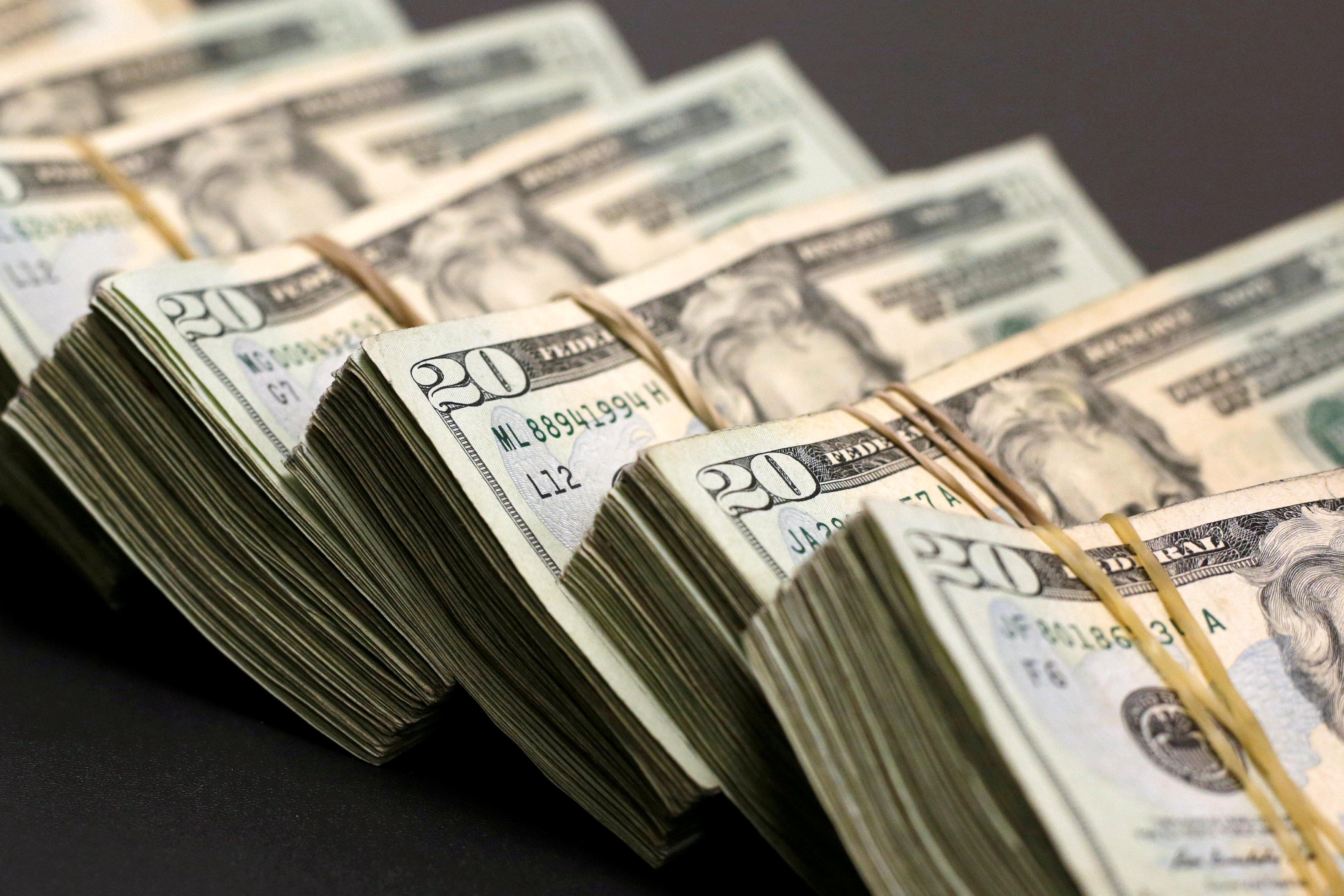 الدولار يواصل مكاسبه بدعم من نتائج انتخابات الكونجرس الأمريكي