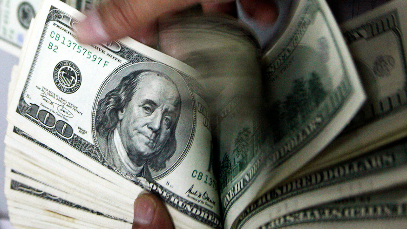 الدولار عند ذروة شهرين بفضل محادثات التجارة واتفاق تمويل حكومي