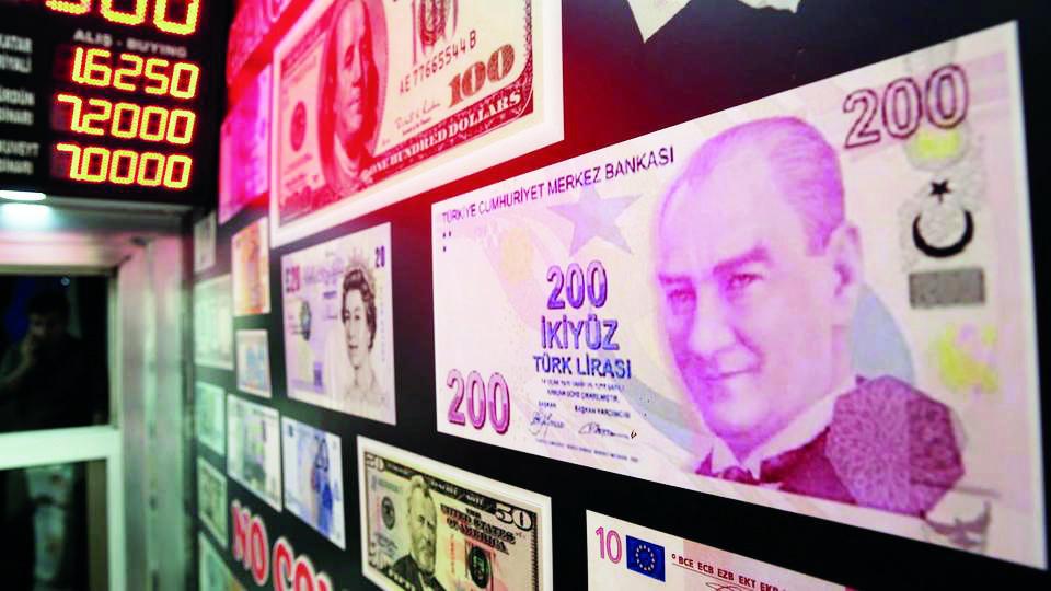 خسائر الليرة تدفع تركيا إلى زيادة الضرائب على ودائع العملات الأجنبية إلى 18 % style=