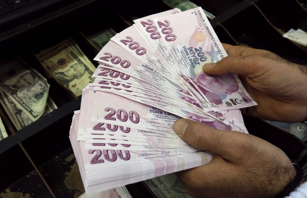 الليرة التركية تهبط أكثر من 5 بالمئة مقابل الدولار style=