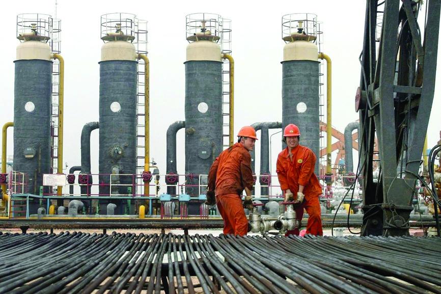 5 عوامل تدعم أسعار النفط .. أبرزها المخزونات والإنتاج الصناعي الصيني