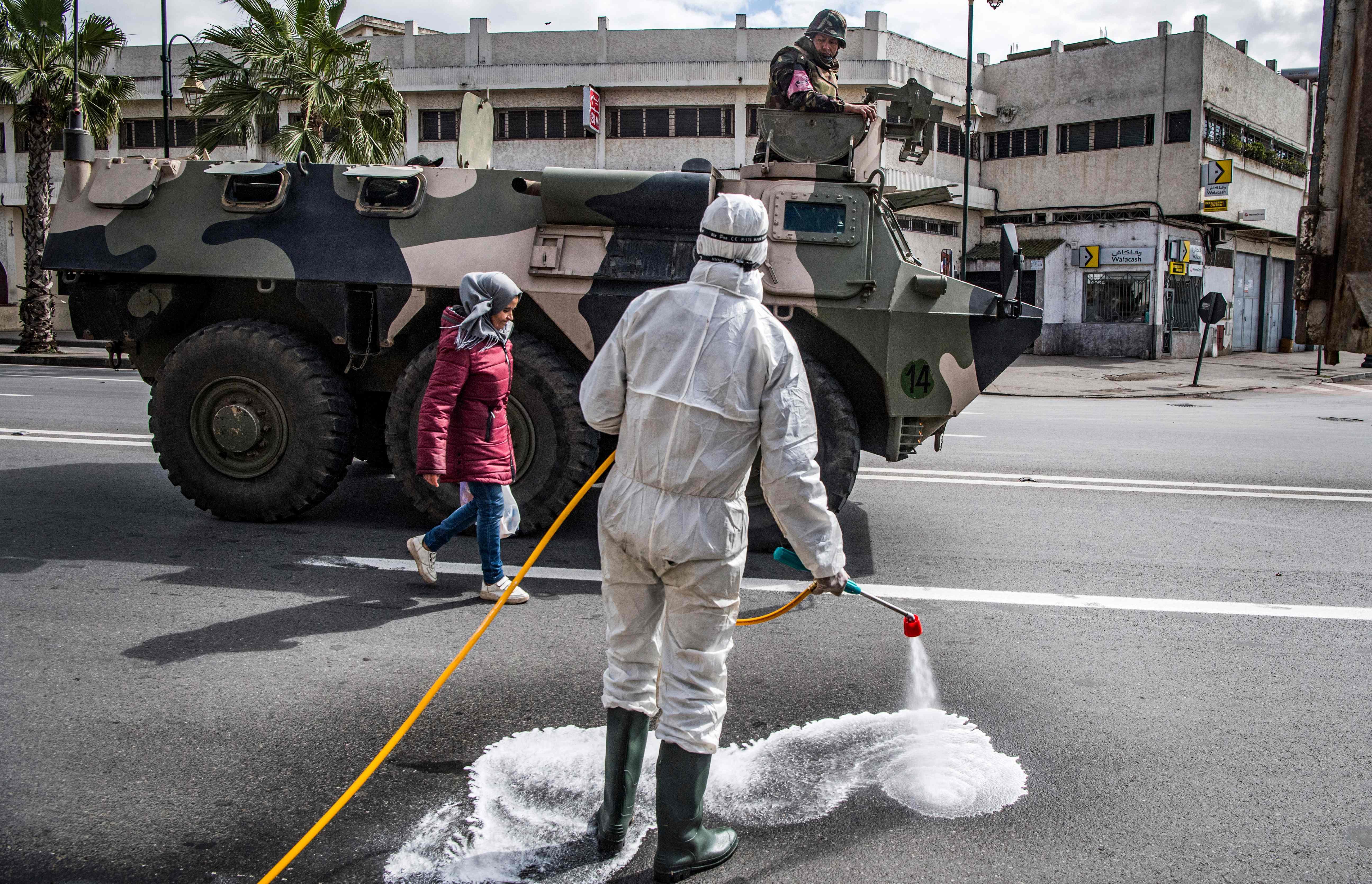 مغاربة يخرجون الشارع للدعاء والتضرع 1294081-900812821.jp