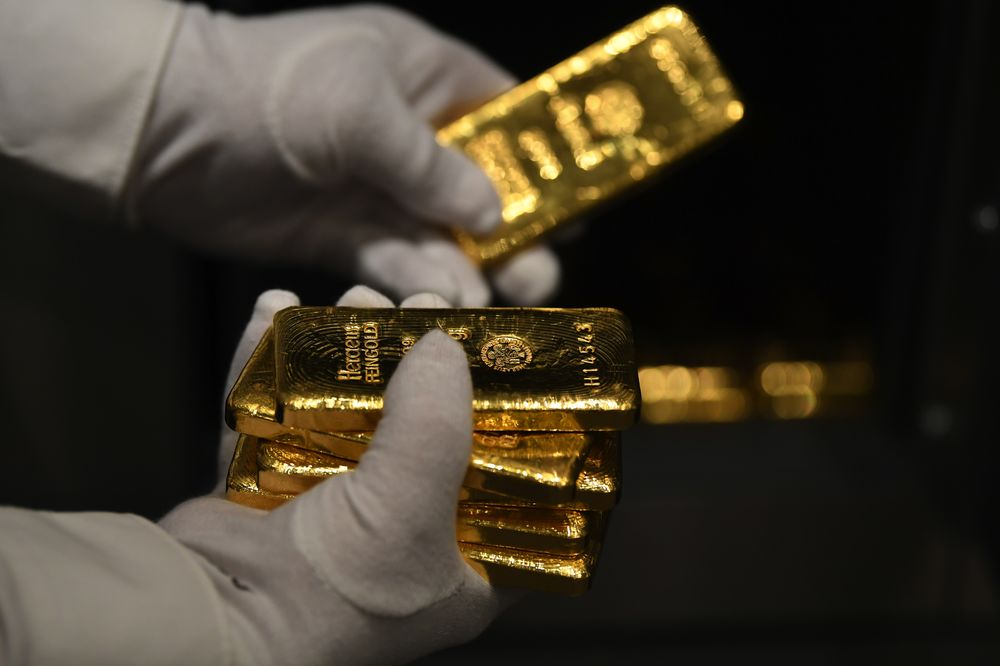 Gold falls on dollar rise and global growth concerns