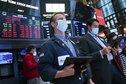 الأسهم الأمريكية قرب ذروة قياسية وسط تركيز على اجتماع المركزي