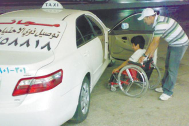 امرأة مقعدة تقود شابا لتبني فكرة توصيل المعوقين مجانا