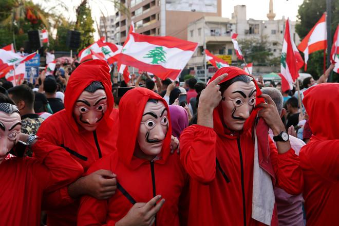 الاحتجاجات المتواصلة تجبر لبنان على إغلاق البنوك غدا الاثنين