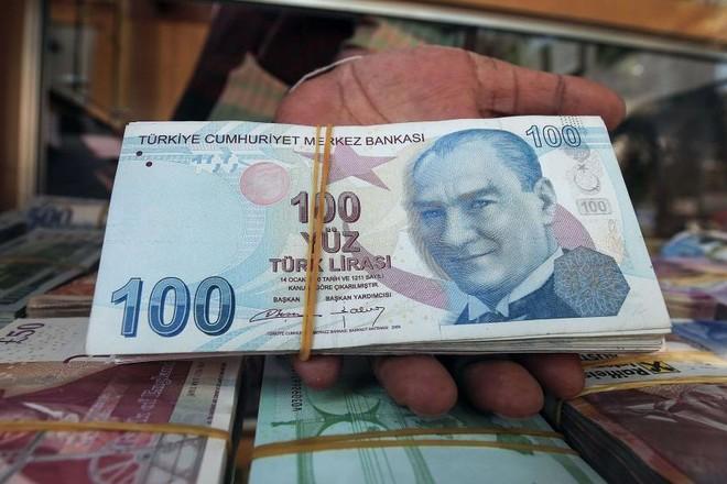 الليرة التركية تواصل خسائرها وتهبط إلى مستوى قياسي عند 7.25 للدولار