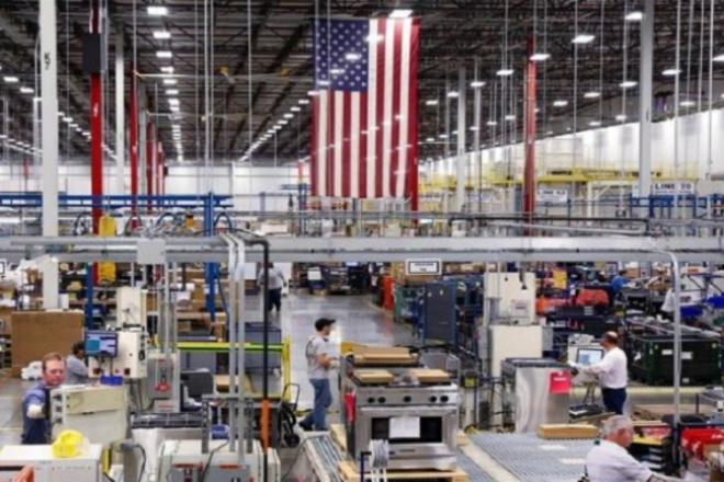 تباطؤ نشاط المصانع الأمريكي في فبراير بفعل الظروف الجوية القاسية