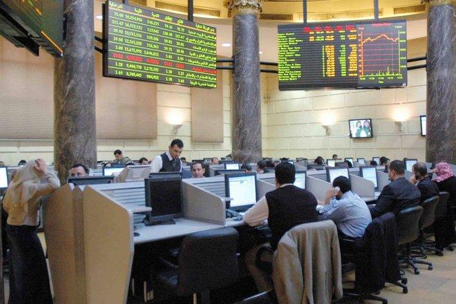 أسهم الشركات المالية ترفع الأسهم السعودية وموجة بيع تقوض بورصة مصر