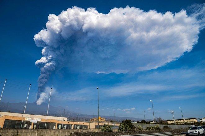بركان جبل إتنا في صقلية  أحد أكثر البراكين نشاطا في العالم