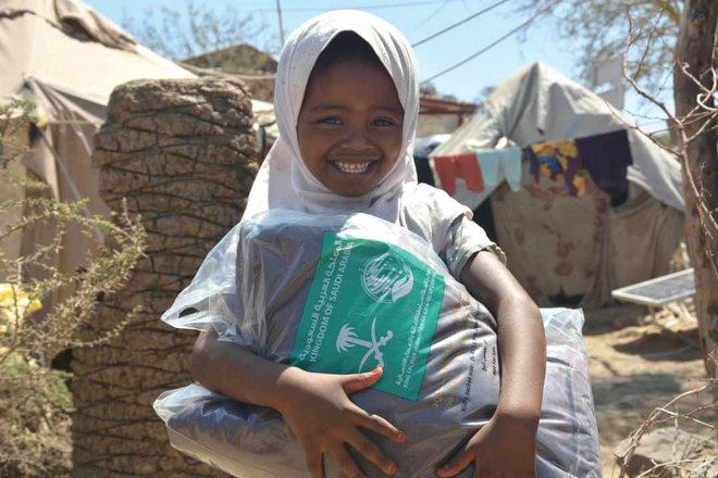 مركز الملك سلمان للإغاثة يقدم معونات غذائية وعينية لليمنيين في تعز