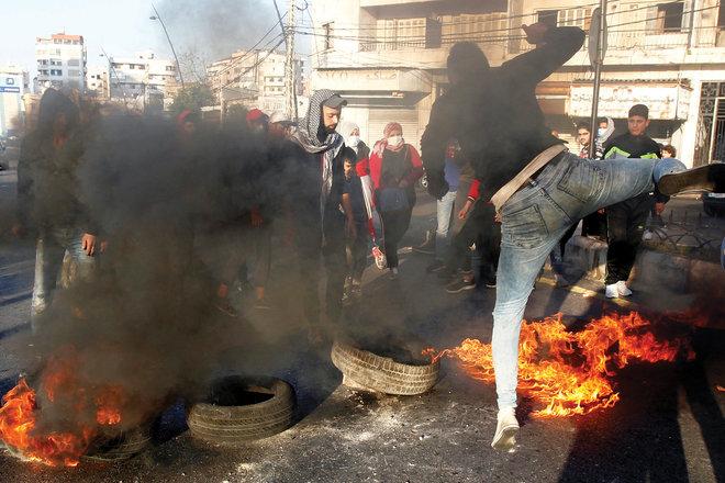 جانب من احتجاجات في لبنان على هبوط العملة وتفاقم الصعوبات الاقتصادية