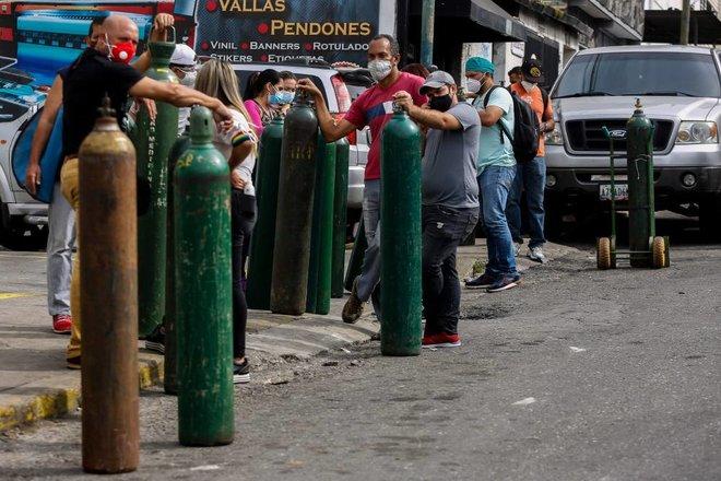 فنزويليون يصطفون لإعادة ملء أسطوانات الأكسجين لاستخدامها إثر موجة قاسية من فيروس كورونا