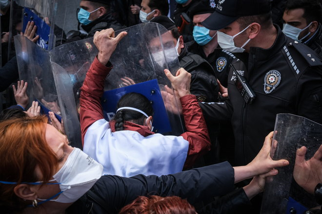 موظفو الصحة الأتراك يحتجون على فشل الحكومة في احتواء جائحة كورونا