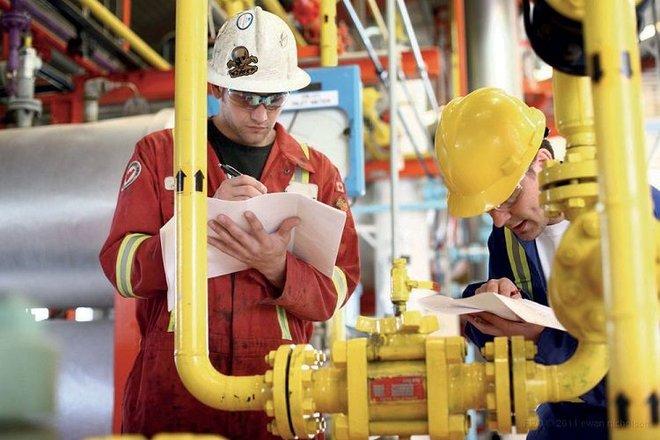 النفط يرتفع إلى قمة 4 أسابيع مع انتعاش الطلب