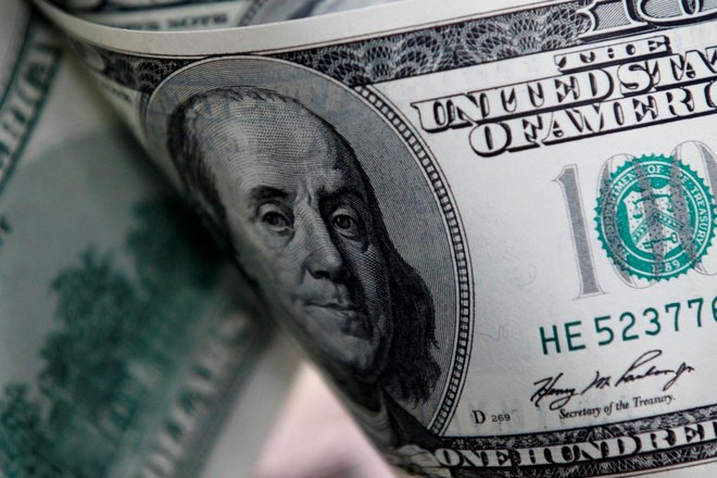 الدولار يحوم فوق أدنى مستوى في 7 أسابيع بفعل انخفاض العوائد الأمريكية