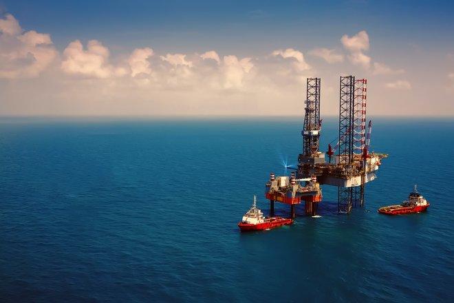النفط يرتفع بفعل تعافي الاقتصاد العالمي.. برنت عند 64.60 دولار