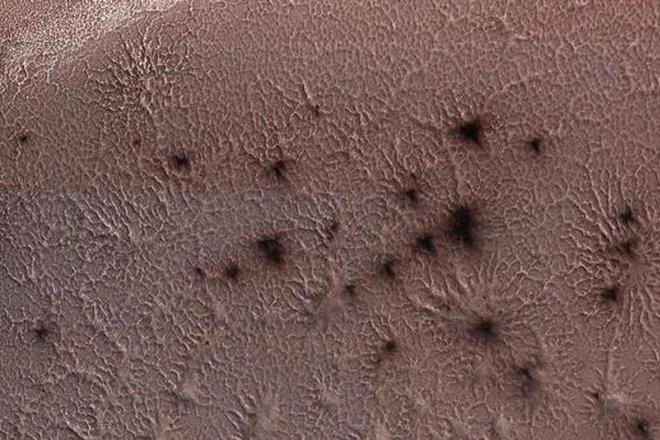 علماء يفكون لغز «عناكب المريخ» الذي حيرهم أعواما