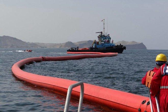 سفن ومعدات لإزالة النفط من ناقلة معطوبة في الصين
