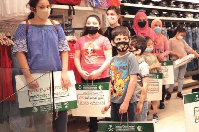 جانب من توزيع مركز الملك سلمان للإغاثة كسوة عيد الفطر للأطفال الأيتام في لبنان
