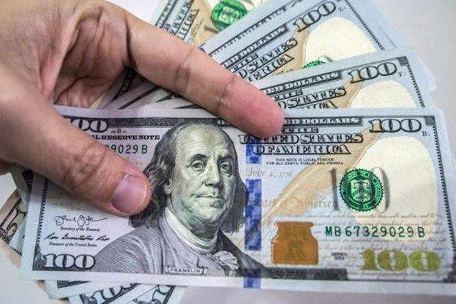 الدولار يهبط لأقل مستوى في أكثر من شهرين