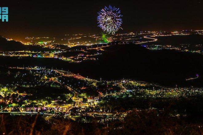 الألعاب النارية تضيء سماء الباحة احتفالا وابتهاجا بعيد الفطر