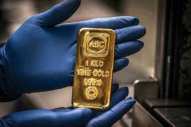 الذهب يقفز أكثر من 1% مع هبوط الدولار وعوائد السندات