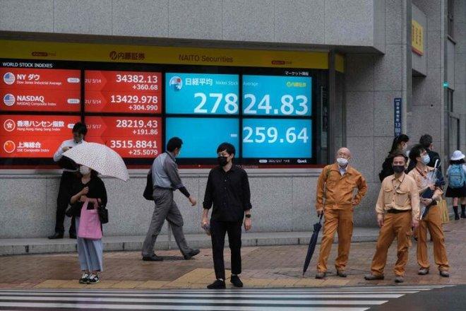 انخفاض الأسهم اليابانية مع تراجع قطاعات الدورة الاقتصادية