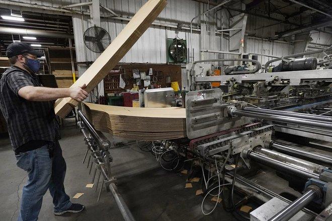 طلبات إعانة البطالة الأمريكية تنخفض والنمو في الربع الأول 6.4%
