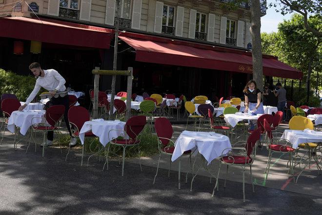 المقاهي والمطاعم تفتح قاعاتها في فرنسا وبلجيكا وسط ترقّب السياح الأميركيين