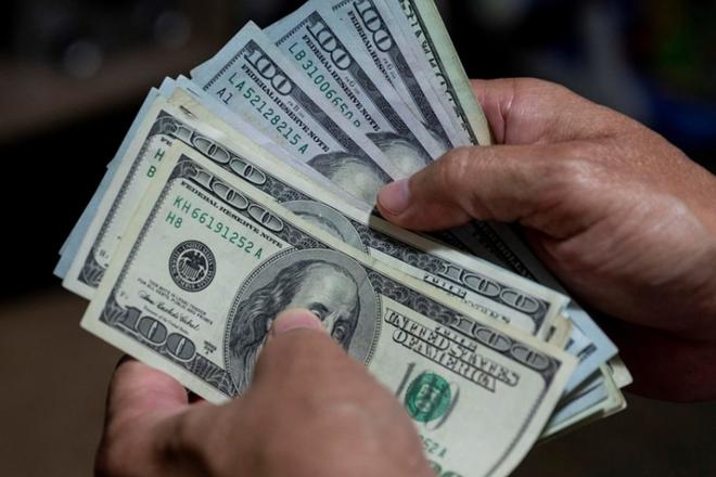 طمأنة مجلس الاحتياطي بشأن رفع أسعار الفائدة تهبط بالدولار