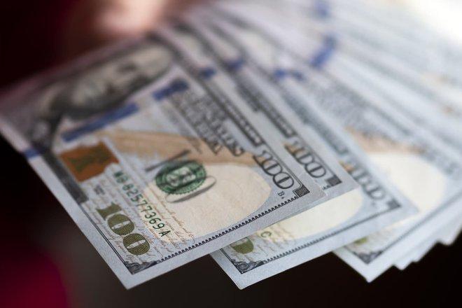 الدولار قرب أعلى مستوى في أسبوع قبل محضر الاحتياطي الأمريكي