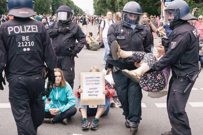 الشرطة الألمانية تحتجز متظاهرة مسنة خلال مشاركتها في احتجاجات ضد لقاحات كورونا في برلين