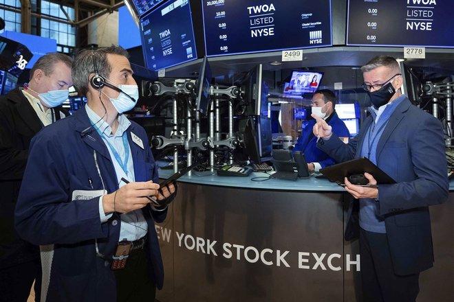 وول ستريت تغلق منخفضة وسط حذر متزايد حيال أرباح الشركات وخسائر لقطاعي البنوك والطاقة