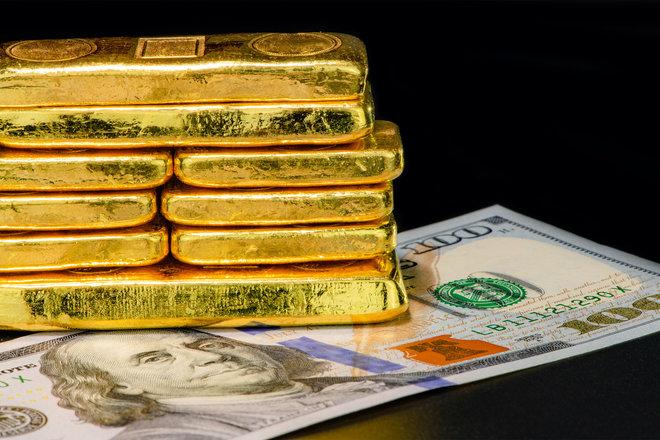 الذهب يهبط مع صعود الدولار وارتفاع عوائد السندات