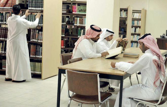 المكتبة العامة في العاصمة المقدسة .. 30 ألف عنوان بعضها يتجاوز 100 عام
