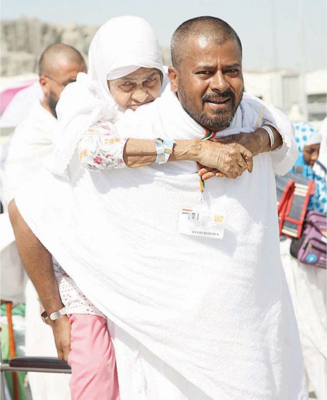 «أكتافي تحملك أماه» .. بر الحاج أنيس بأمه الثمانينية