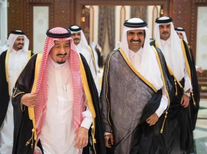 خادم الحرمين يقدم واجب العزاء في وفاة الشيخ خليفة بن حمد آل ثاني