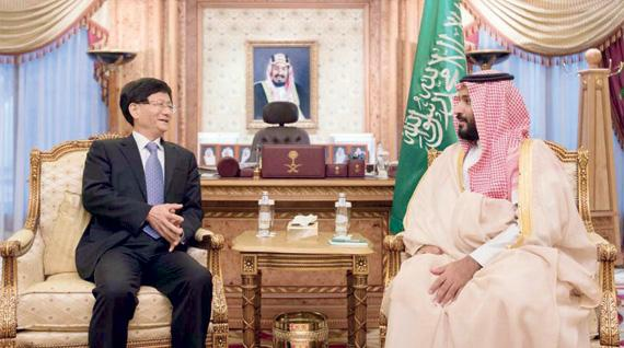 ولي ولي العهد يستعرض العلاقات الثنائية مع منج جيان تشو