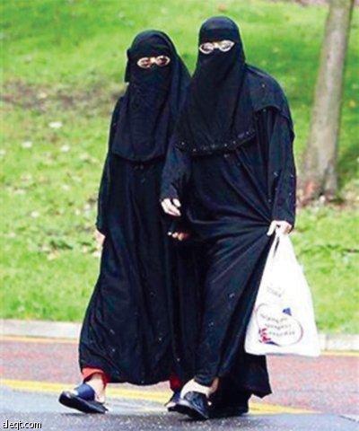 فرنسا بين منع ارتداء الحجاب وتحويل باريس إلى عاصمة للتمويل الإسلامي