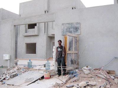 عمالة مخالفة تحرس مباني سكنية وتجارية تحت الإنشاء في الرياض