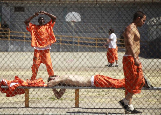 تزداد أعداد السجناء في أمريكا كل سنة حيث بلغ عدد المساجين 2 مليون شخص ونتيجة لذلك أمرت المحكمة العليا في كاليفورنيا بإطلاق سراح