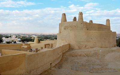 أقدم أسواق العرب .. تحت شموخ «مارد» ومئذنة مسجد عمر