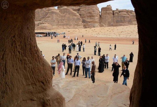 قصة مصورة: 100 دبلوماسي أجنبي يقفون على جبال مدائن صالح