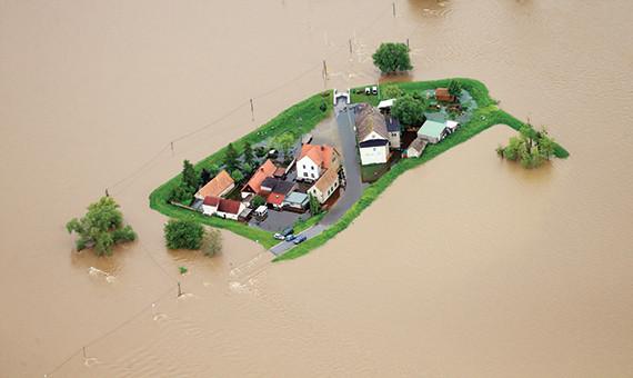 فيضانات أوروبا تخفض أسهم شركات إعادة التأمين 3.5 %
