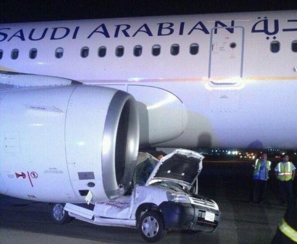 اصطدام سيارة بطائرة في مطار جدة
