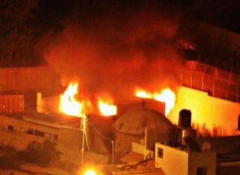 """فلسطينيون يحرقون """"قبر يوسف"""" المقدس لدى اليهود"""