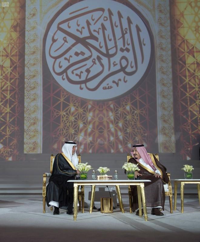الملك سلمان يسلم جوائز الملك فيصل العالمية للفائزين